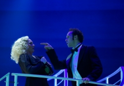 »Anything Goes«: Anna Montanaro als Reno Sweeney, Hannes Muik als Lord Evelyn Oakleigh