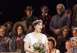 LA SONNAMBULA: Jennifer O'Loughlin als Amina, Chor und Extrachor des Staatstheater am Gärtnerplatz © Thomas Dashuber